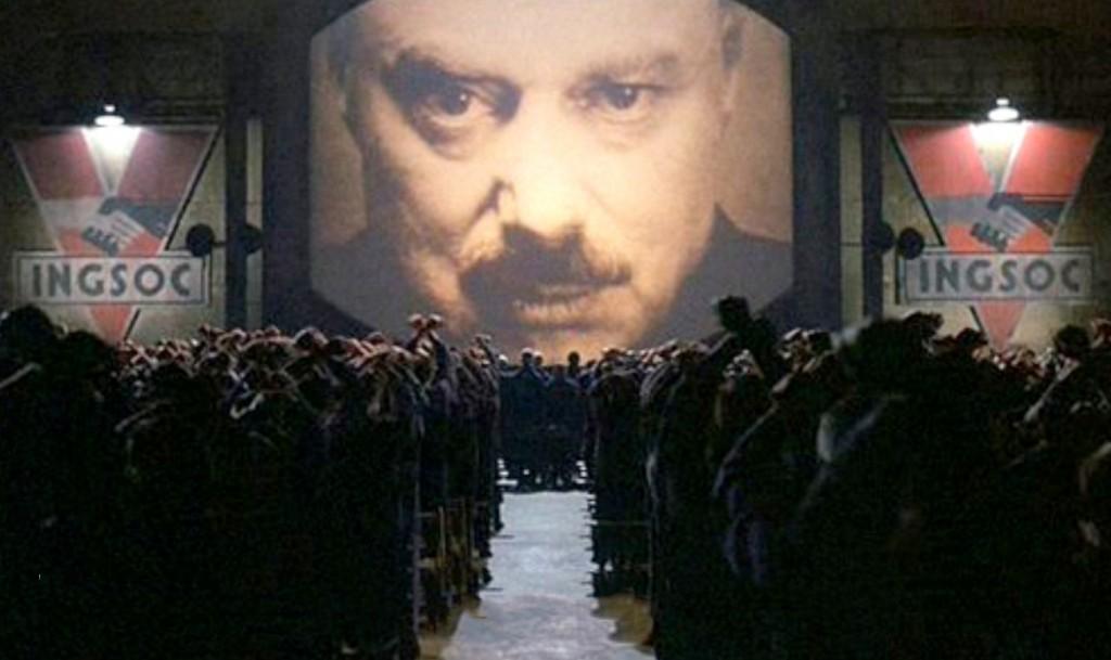 1984 adlı filmden Büyük Birader'in tele ekrandaki yüzü.